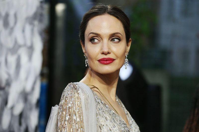 Angelina Jolie se divertindo com seu filho Pax enquanto eles saem por um tempo de qualidade na pandemia