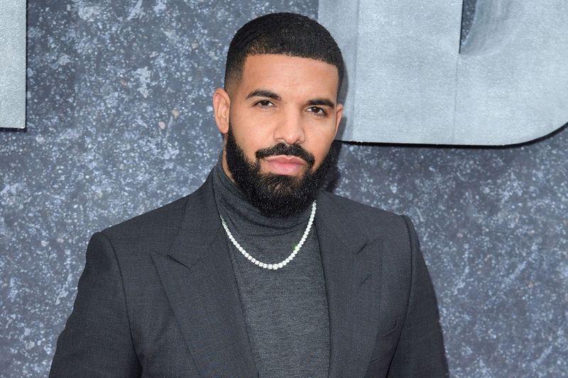 O famoso rapper Drake foi avistado na praia de Barbados tomando sol e muitos olhos se voltando para ele